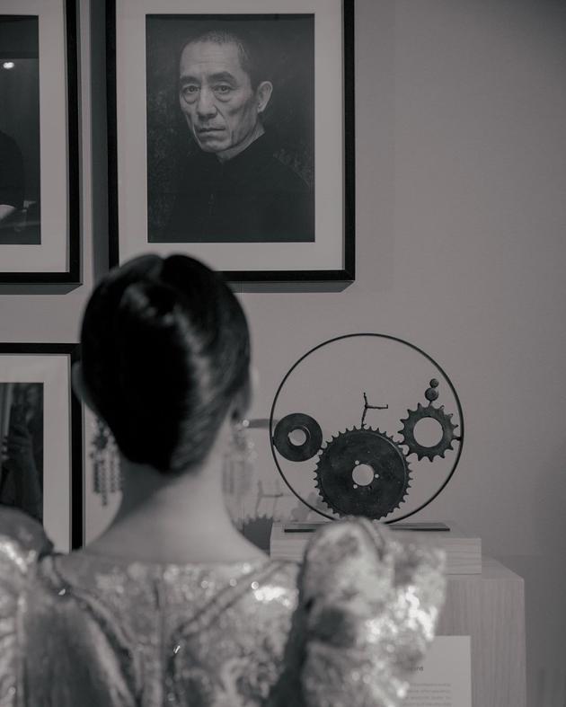 威尼斯电影节:倪妮与张艺谋照片深情对视感谢恩师