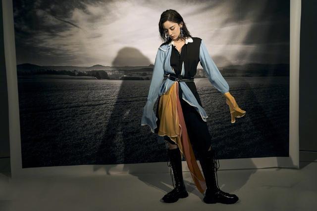 古力娜扎帅呆了,穿撞色拼接裙配高筒靴,暗黑灯光下似古代侠女