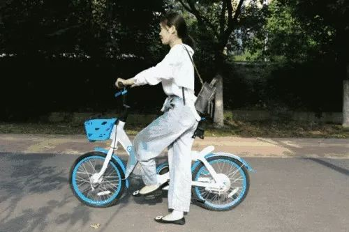 快看!呼市一女子在共享单车发现这个东西,果断做了个决定……