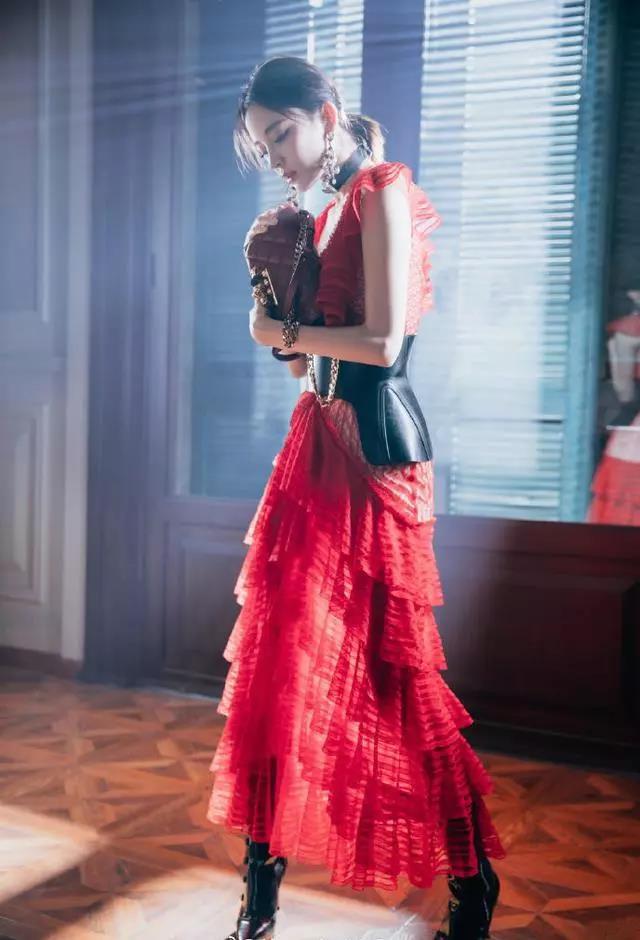 古力娜扎和钟楚曦撞衫,皮腰带勒出A4腰,正红色蛋糕裙真考验身材