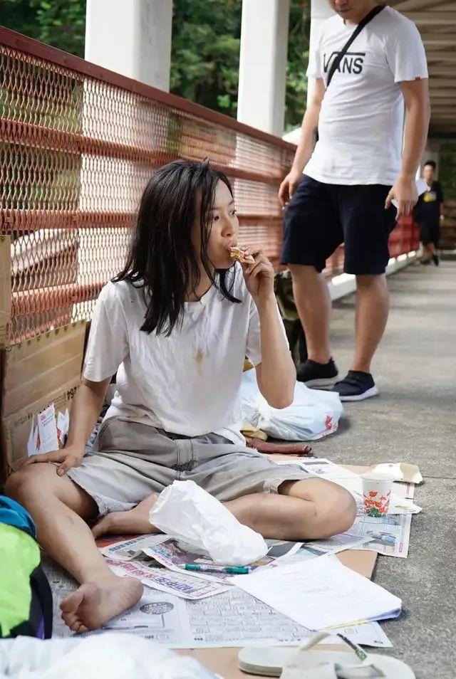 选美冠军陈法拉现身街头,皮肤暗沉显落寞,穿着邋遢好没气质!