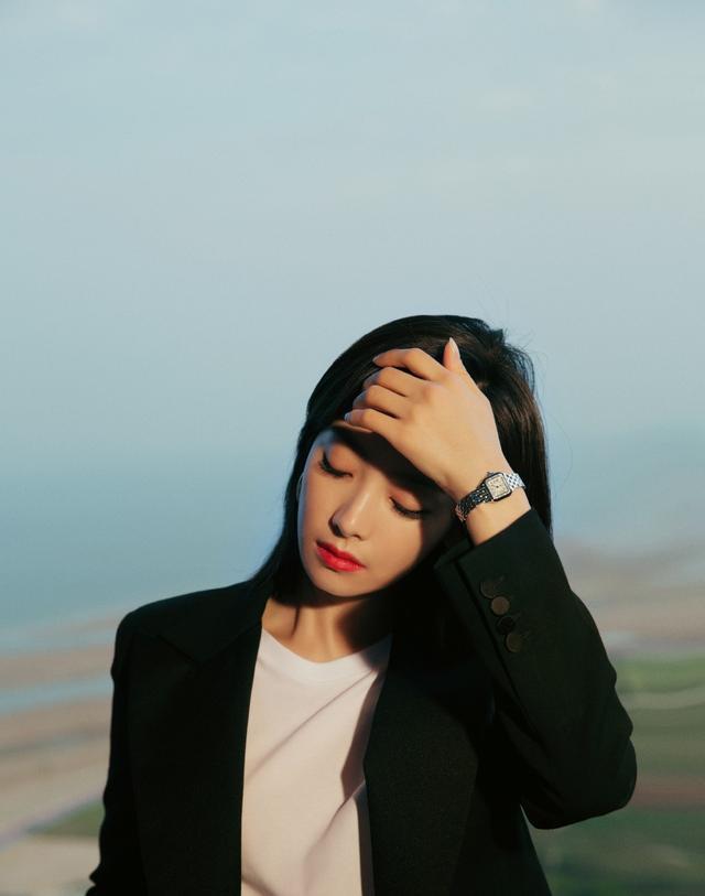 """宋茜22岁在韩国出道却红遍中国,今穿黑色西装,抱""""碗妹""""超帅气"""