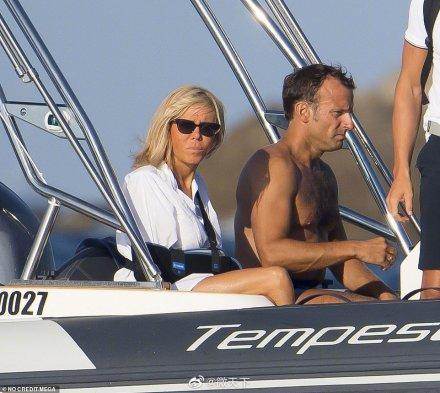 马克龙也来秀身材了!光着上身开水上摩托艇