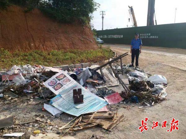 凭借一张防火安全告知书,执法人员找到乱丢垃圾者