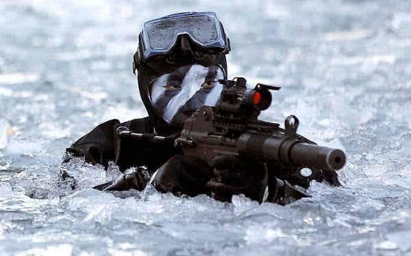 特种兵作战时为何要戴面具或抹油彩?专家:能保命!