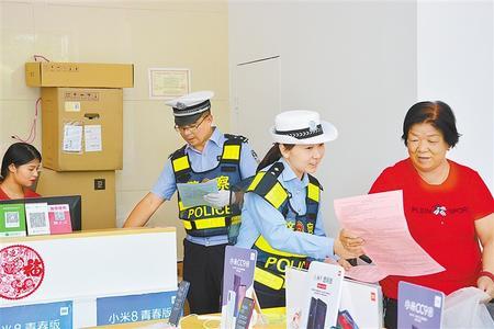 山丹县公安局交警大队组织民警深入沿街店铺开展文明交通宣传活动