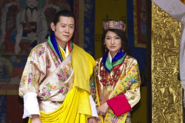 90后不丹王后清纯动人!穿鲜艳服饰亮相,国王承诺一生只娶她一人