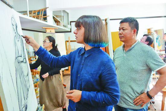 俄罗斯莫斯科国立苏里科夫美术学院的中国青年画家油画研修班在黑河学院开班