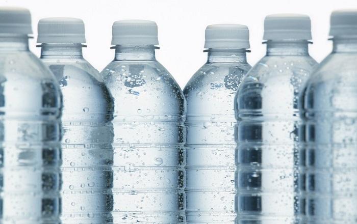 开学后,高一新生家长怕孩子喝水被烫到,这位家长的做法很有意思