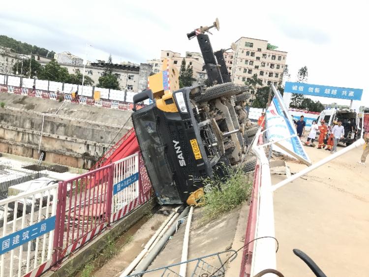 深圳一工地吊车翻车,司机脚卡在操作室无法脱身,消防破拆救出