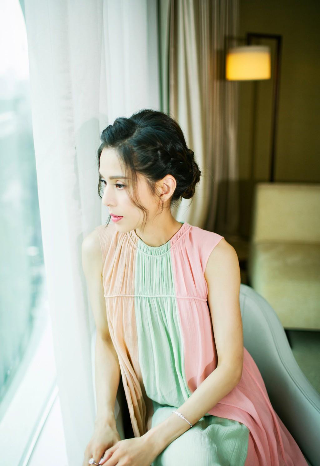 李若彤穿三色拼接裙冷若冰霜,让人十分惊艳迷倒了多少人,少女气质又减龄