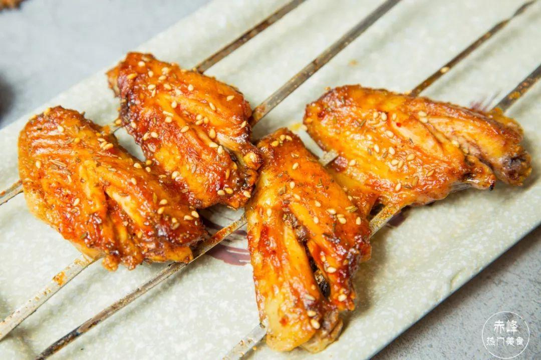 嫩屄高清_腌制之后的鸡翅,香辣入味,碳烤的过程中,慢慢的将香气逼出,分分钟