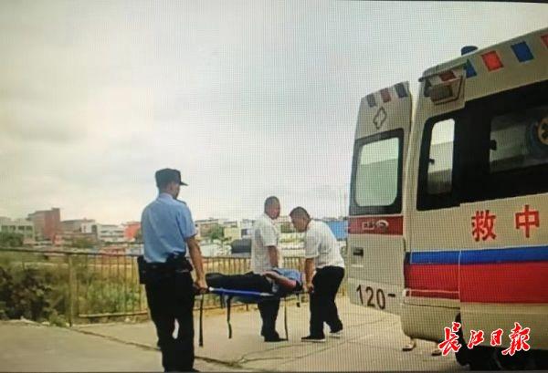火车上旅客突发疾病,铁路警方第一时间护送就医