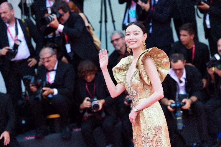 威尼斯片子节揭幕红毯,倪妮、钟楚曦谁最冷艳?