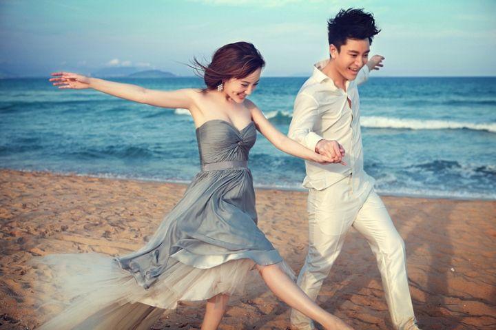 有情况?李小璐与神秘男子同游日本遭偶遇,穿水手服打卡取景地