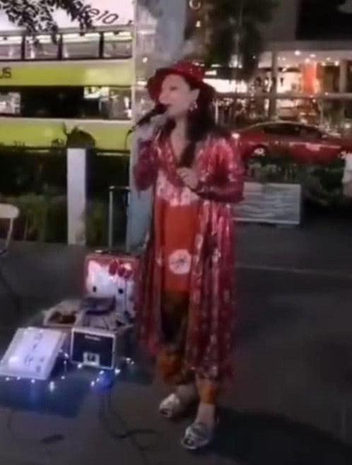 45岁许美静街头卖唱状况凄惨,网曝她被家人及经纪人转移财产