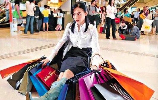 女孩为卖奢侈品包摔伤脚、吃了三个月泡面,