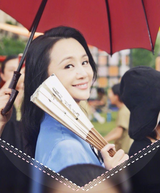 前央视主持人曹颖,45岁身材发福认不出,比56岁李玲玉还显老!