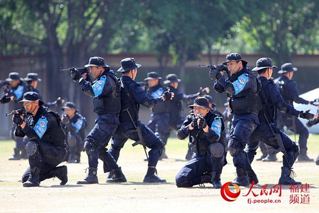 【人民网】福建公安12支特警?#28216;?千多名特警队员开展实战演练