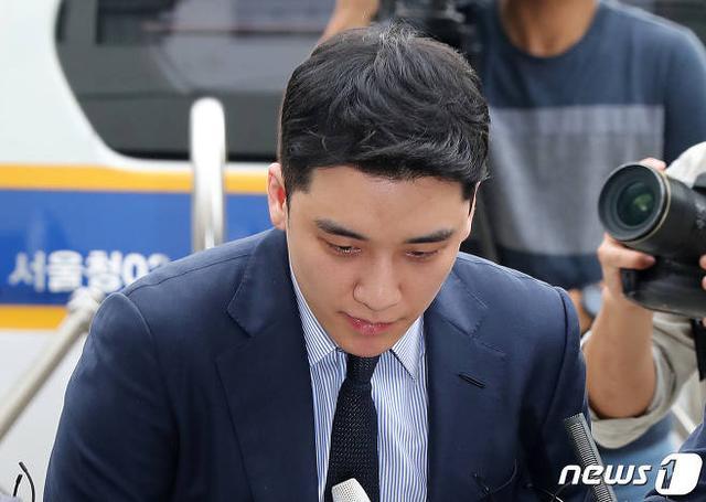 YG楊賢碩完成23小時的警方審問,一出來就被媒體圍堵了?