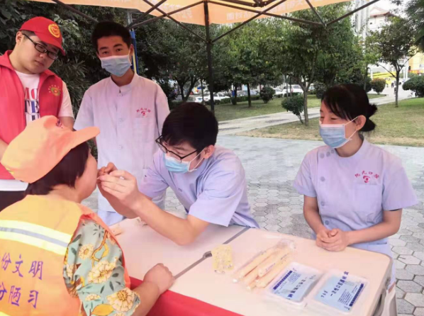 关爱城市最美环卫工 传递社会正能量爱心捐赠活动在山阳县人民广场开展