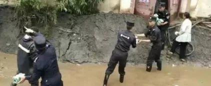 抢险救援,阿坝公安民警逆水而行图片
