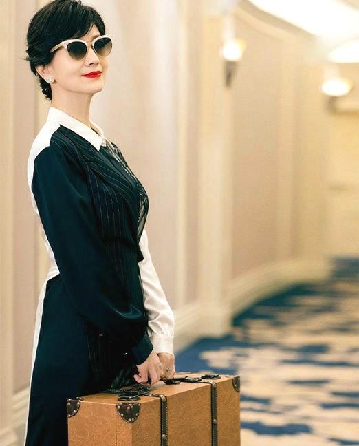 赵雅芝魅力和气质是没谁了!穿拼接复古裙惹人爱,65岁的颜值造型逆天了