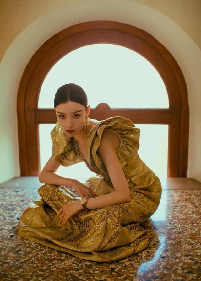 倪妮美到国外去了,穿金色刺绣V领礼服走红毯,优雅又不失高级感