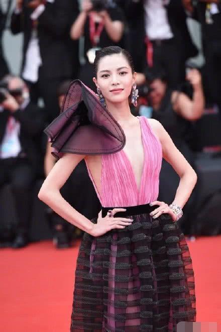 倪妮亮相威尼斯红毯,中国风造型惊艳众人,发文感恩却被呛情商低