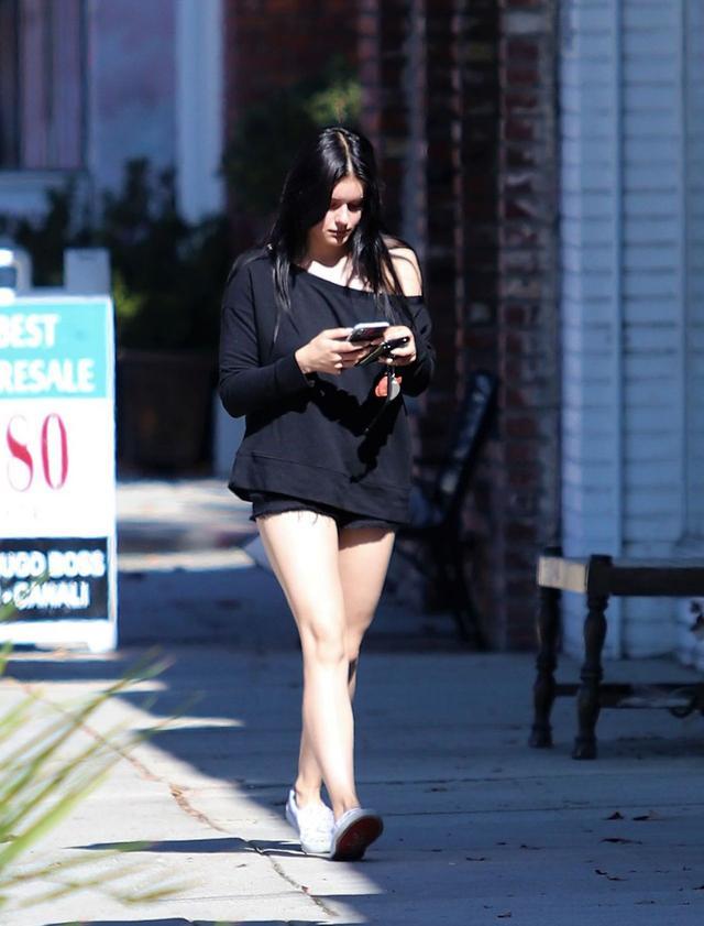 <b>女星阿芮尔·温特洛杉矶街头娇艳街拍,她有着迷人的气质</b>