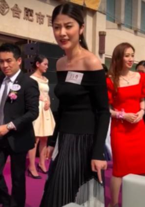 45岁陈慧琳参加活动尽显好身材,非常敬业高温下被晒红却不抱怨!