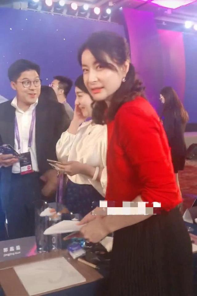 郭晶晶好好打扮自己,终于有了贵妇感,红衬衫很显气质!