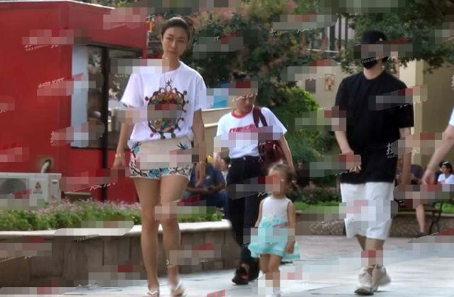 孙红雷夫妻带女儿外出游玩,全程紧跟孩子贴心互动父爱满满