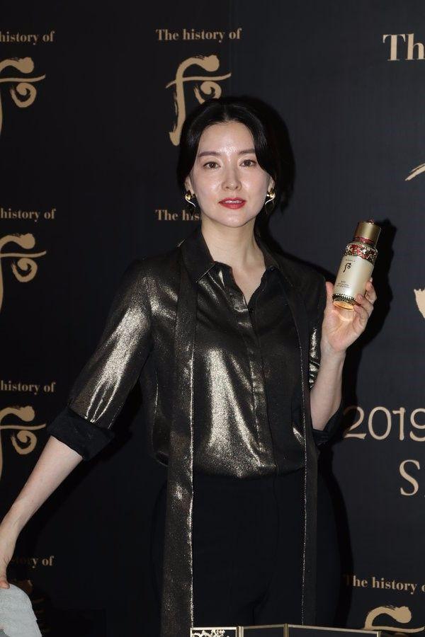 48岁李英爱未修图还这么气质,再看看48岁闫妮,老成什么样了!