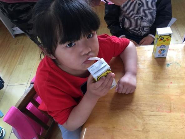 """6岁女孩天天喝""""牛奶"""",却两年没长高,医生:都是父母的无知"""