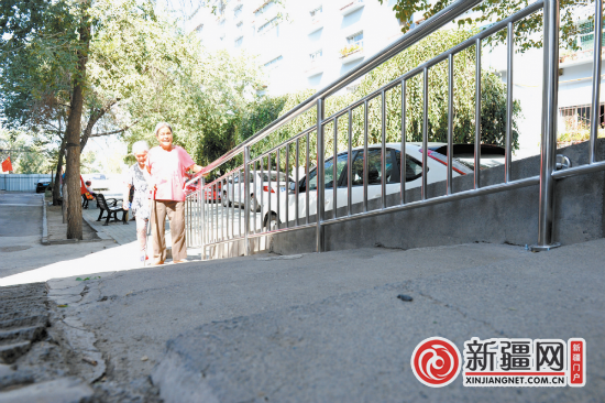 【访民情 惠民生 聚民心】台阶装上扶手方便老人出行