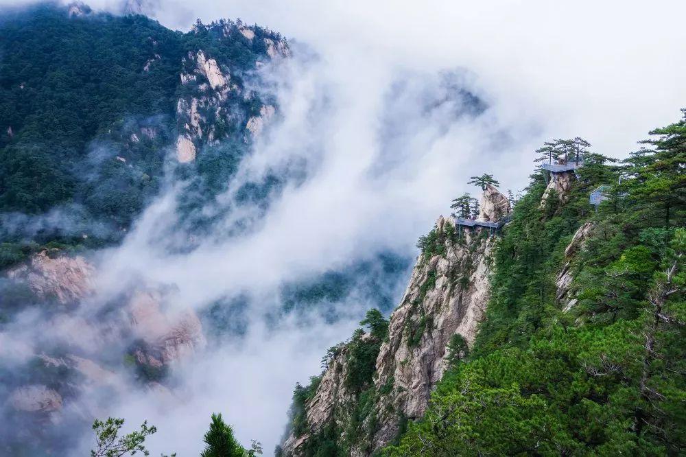 堯山主峰玉皇頂海拔2153.1米,屬山岳型自然風景區.