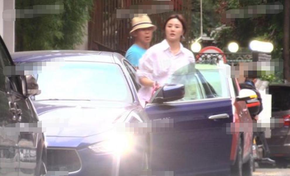 52岁侯勇三婚娇妻近照曝光,开豪车带丈夫出门,身形丰腴疑有孕?