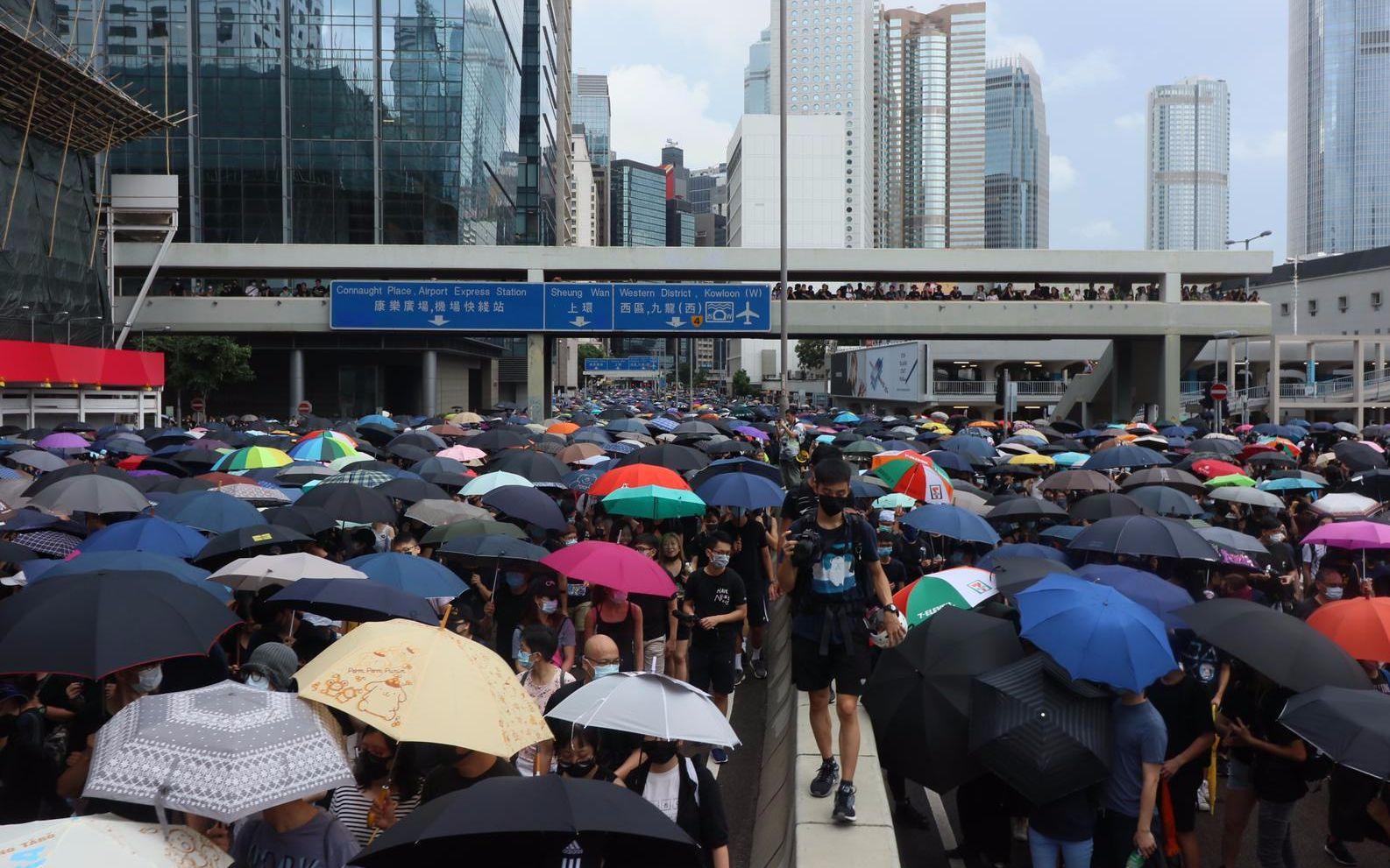 香港多处现非法集会:示威者拆卸栏杆,港铁关闭部分站点