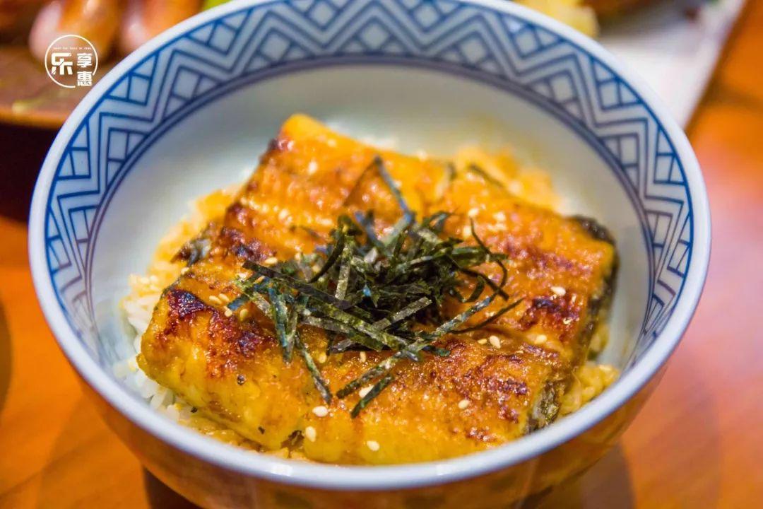 蒲烧鳗鱼表皮酥脆, 肉质细嫩,酱汁完完全全渗透到了鱼肉之中.图片