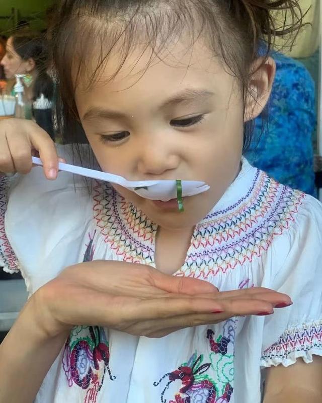陈冠希晒一家三口度假照,2岁Alaia吃相可爱,秦舒培素颜眼袋明显