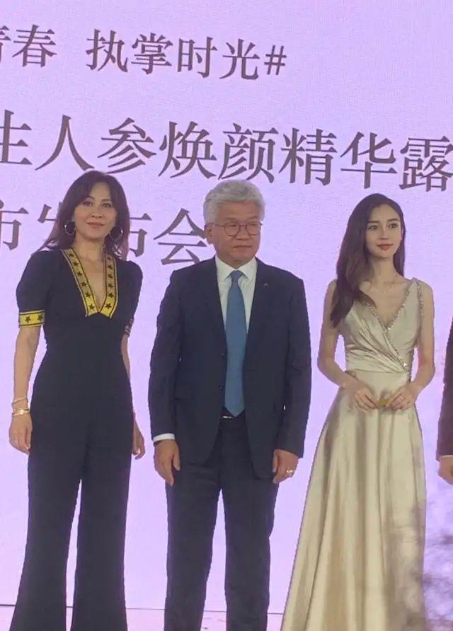 同框比美,杨颖水嫩可气场不够,刘嘉玲身材有料更傲人!