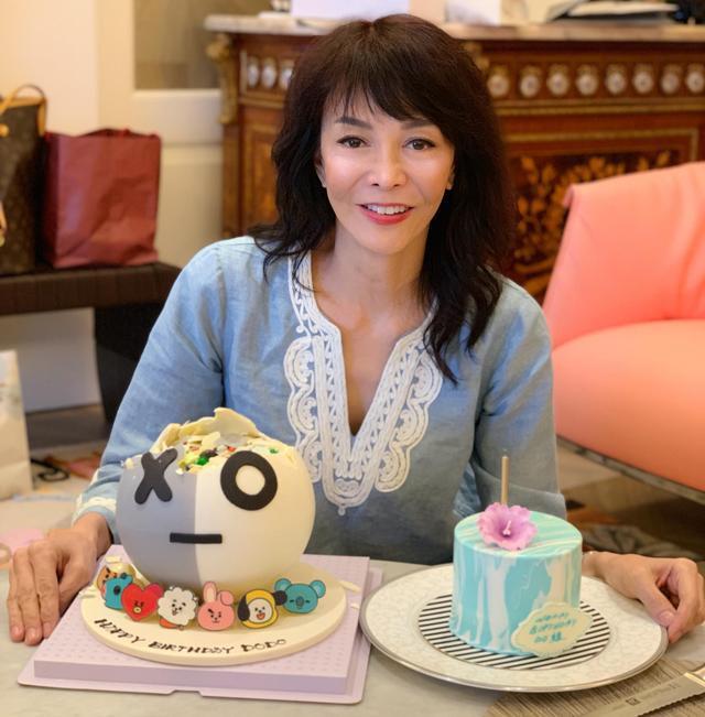 62岁郑裕玲晒生日照,脸蛋白嫩不显老,可一双手布满了皱纹!