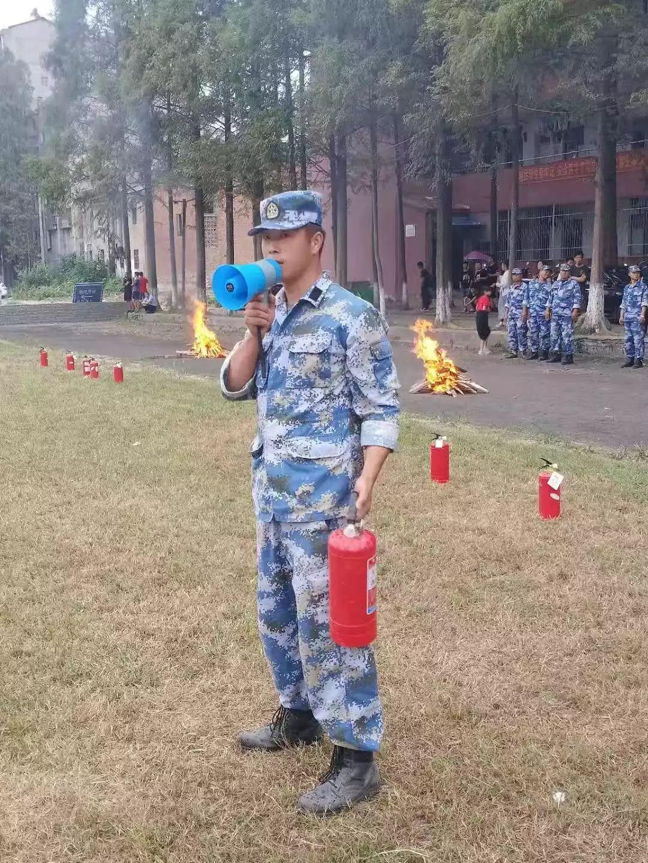我校开展高一军训消防安全演习教育活动