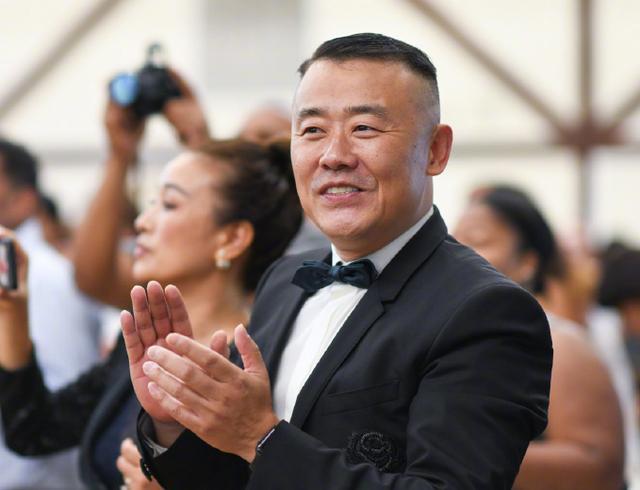 黄毅清被捕后,迷信家唐爽与周立波律师开撕,完全掉落臂及职业操守