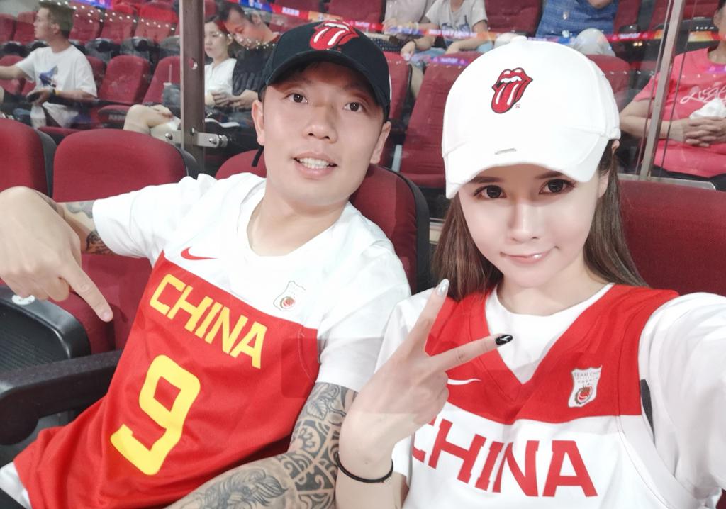 原创神仙颜值!中超球星携妻子亮相男篮世界杯,32岁妻子是网红