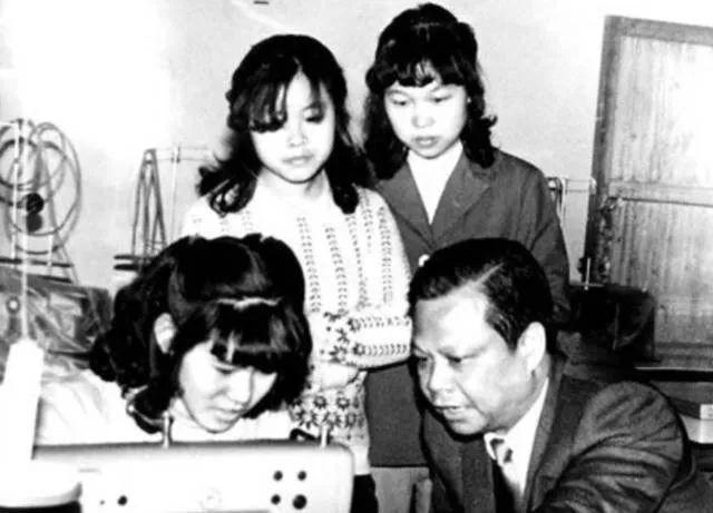 """4 岁丧父 12 岁辍学,靠 6000 元起家,成中国""""领带大王"""",身家百亿"""