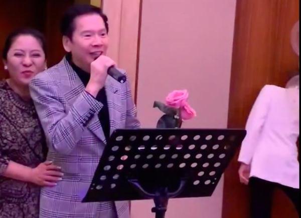 向佐晒照庆父母结婚39年,向华强捧玫瑰唱情歌罕见告白