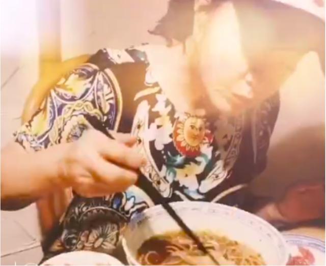 64岁刘晓庆晒吃饭视频,用手抓煎鱼,无美颜暴露真实颜值