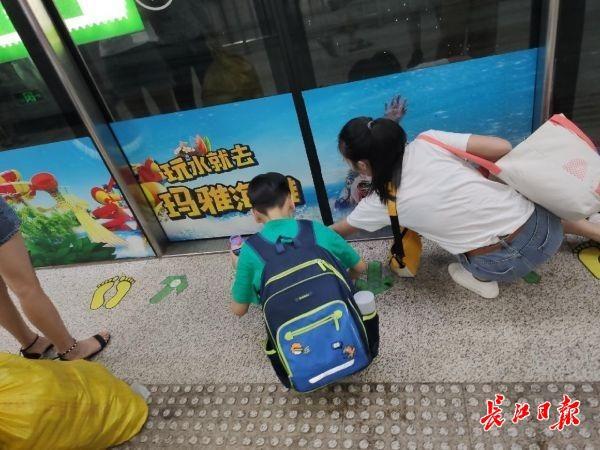 <b>孩子误将水洒在地铁车门口,妈妈俯身擦了2次 | 厢见</b>